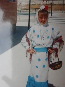 """Amela Barleci refugiada de Sarajevo y acogida en Rivas-Vaciamadrid vestida de """"chulapa"""", (1992)"""